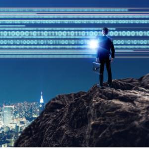 Mann steht auf einem Berggipfel. ImHintergrund sieht man Codezeilen am Himmel